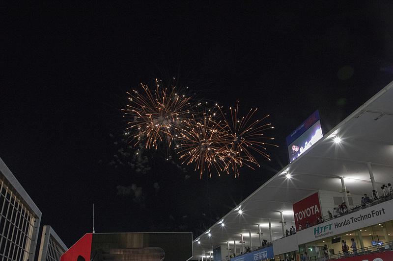 ゴール後、鈴鹿サーキットの夜空に花火が上がった。暑く長かった10時間が終わった