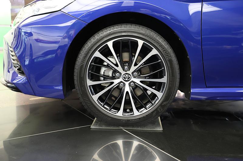 カムリ WSのエクステリア。ボディサイズは4910×1840×1445mm(全長×全幅×全高)、ホイールベースは2825mm。タイヤサイズは234/45 R18で、撮影車はオプションの切削光輝+ブラック塗装の専用アルミホイールを装着。ボディカラーはアティチュードブラックマイカ×ダークブルーマイカメタリックのツートーン