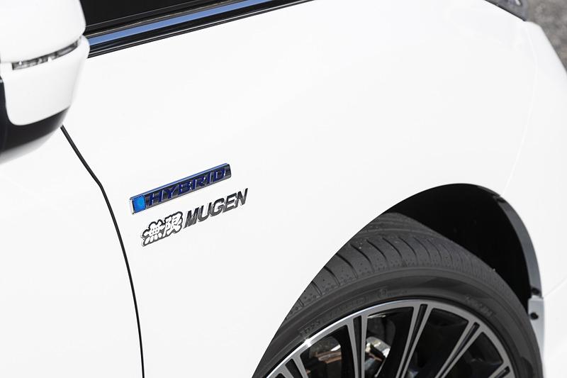 オデッセイでは白いボディカラーに合わせ、クロームメッキ/ホワイトの無限メタルロゴエンブレム(7344円)を装着