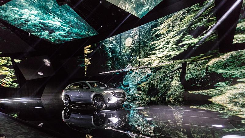 クロスオーバーSUVの新型EV(電気自動車)「EQC」の発表会