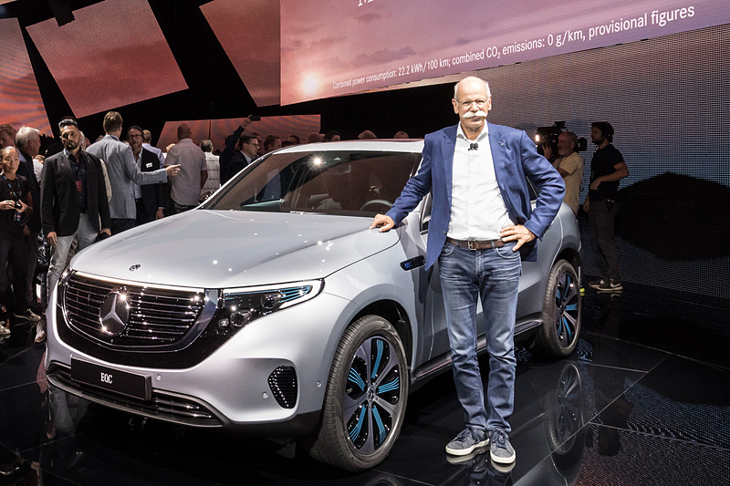 クロスオーバーSUVの新型EV(電気自動車)「EQC」とダイムラー会長兼メルセデス・ベンツ・カー最高経営責任者(CEO)のディーター・ツェッチェ氏