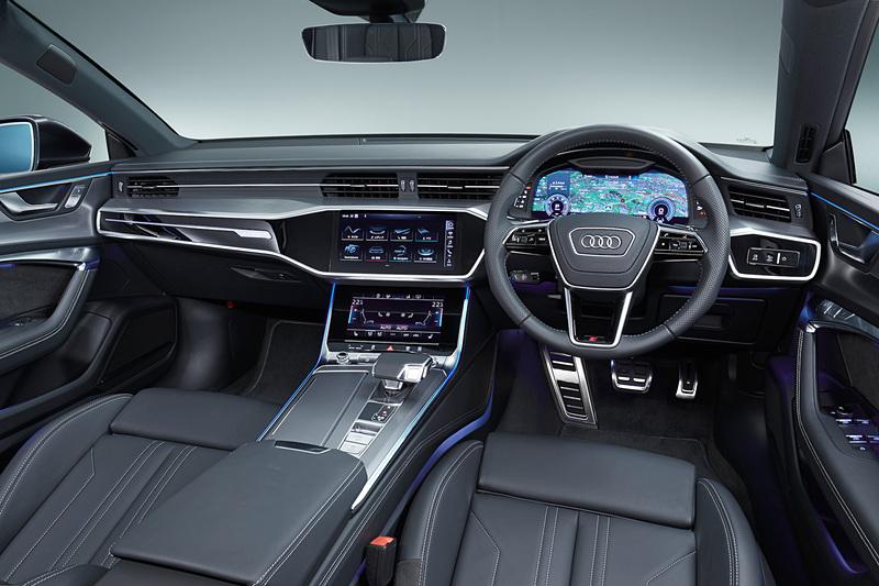 新型A7 スポーツバックでは12.3インチの大型ディスプレイを備えた「アウディバーチャルコクピット」とともに、センターコンソール上側に10.1インチスクリーン、下側に8.6インチスクリーンと、計3つのデジタルディスプレイが標準装着される