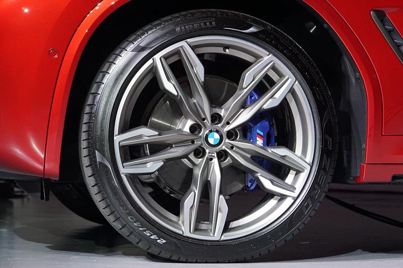 フロントタイヤのサイズは245/40 R21