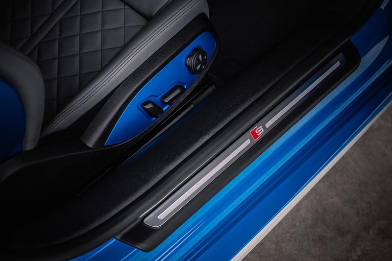 TTSのインテリアではアウディバーチャルコクピットにスポーツディスプレイが追加されるほか、Sスポーツシート、コントラストカラーのステッチなどが特徴になる