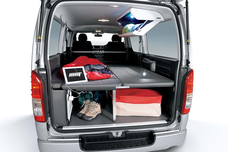 折りたたみ式の「ベッドキット」などで車中泊にも対応する「ハイエース/レジアスエース MRT TypeII」