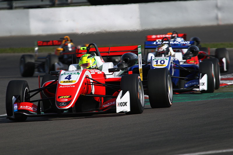 レース1で、セカンドグリッドからのスタートでトップを獲るミック・シューマッハ(4番)