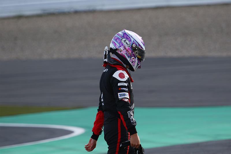 スタート直後の1コーナーで多重クラッシュにあい、リタイアした佐藤万璃音(33番)