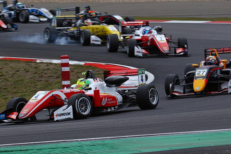 レース2のスタートで、ロバート・シャバルツマン(10番)、ダニエル・ティクタム(27番)を抑えて1コーナーをクリアするミック・シューマッハ