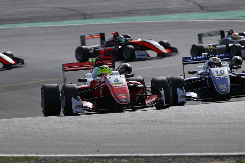 レース3のスタートで、ロバート・シャバルツマン(10番)を抑えるミック・シューマッハ(4番)