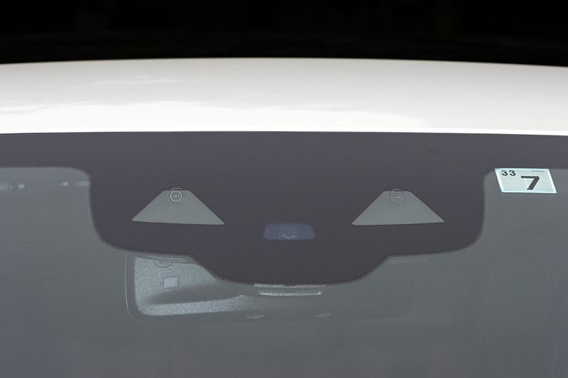 安全運転支援システム「レーダーセーフティパッケージ」で活用されるステレオマルチパーパスカメラ。カメラのほかにも車両の各部にレーダーセンサーが搭載されている