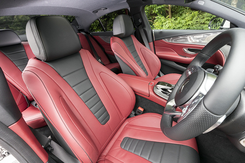 シート色はエクスクルーシブパッケージ仕様のベンガルレッド/ブラック(ナッパレザー)。クーペスタイルながらも、後席は広々としたスペースを確保