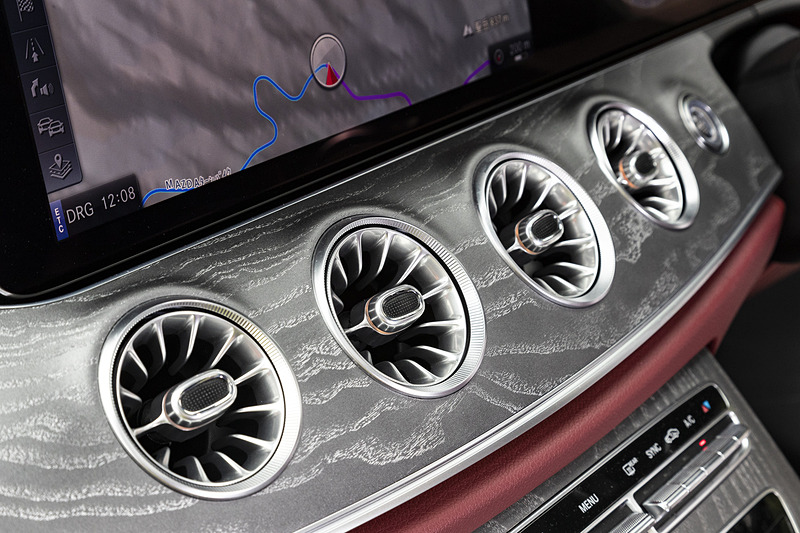 タービンエンジンをイメージしたフォルムの「イルミネーテッドエアアウトレット」。64色から選択可能なイルミネーションが埋め込まれている