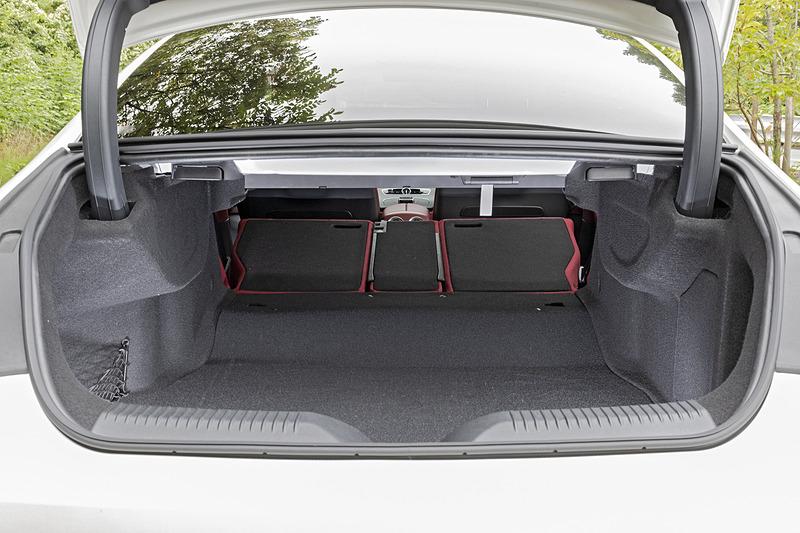 トランク容量は写真のCLS 220 dが従来から30Lアップの520L、CLS 450 4MATIC スポーツが490Lとなる