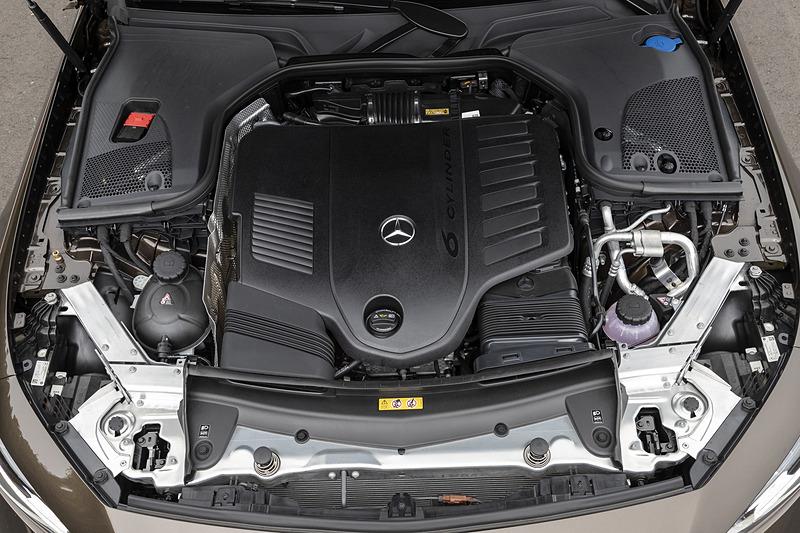 CLS 450 4MATIC スポーツのパワートレーンは、最高出力270kW(367PS)/5500-6100rpm、最大トルク500Nm(51.0kgfm)/1600-4000rpmを発生する直列6気筒 3.0リッターターボエンジンに、最高出力16kW、最大トルク250Nm(25.5kgfm)を発生する電気モーターISG(インテグレーテッド・スターター・ジェネレーター)を組み合わせる。トランスミッションは9速ATで、駆動方式は4WD