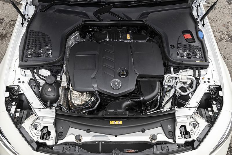 CLS 220 d スポーツは、最高出力143kW(194PS)/3800rpm、最大トルク400Nm(40.8kgfm)/1600-2800rpmを発生する直列4気筒 2.0リッターディーゼルターボエンジンを搭載して、トランスミッションには9速ATを採用。駆動方式は2WD(FR)
