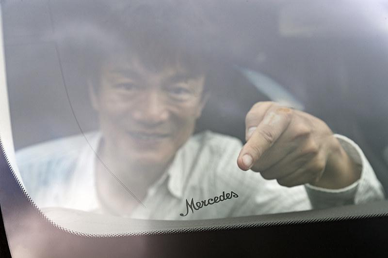 フロントウィンドウには「Mercedes」の文字が刻まれていた