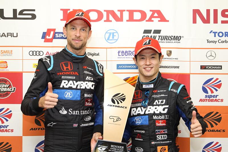 ジェンソン・バトン選手(左)と、山本尚貴選手(右)。バトン選手はSUPER GT初優勝