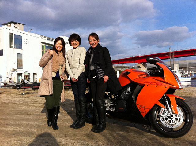 堀ひろ子さんのよきパートナーだった女性ライダー、腰山峰子さんを2013年に取材した時にパチリ。1970年代に堀さんが日本初の女性だけのバイクレース「パウダーパフ」を主催した時に参加者だった峰子さんは、2012年に若手女性ライダーを応援するプロジェクト「パウダーパフ・レーシングチーム」を結成。「バイク業界に恩返しをしたい」と活動しています