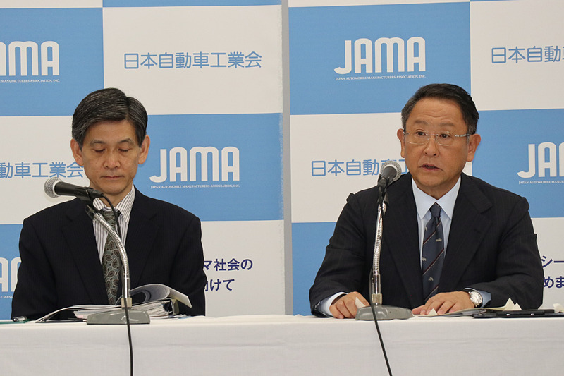 質疑応答に対応する自工会 副会長の永塚誠一氏(左)と豊田会長(右)