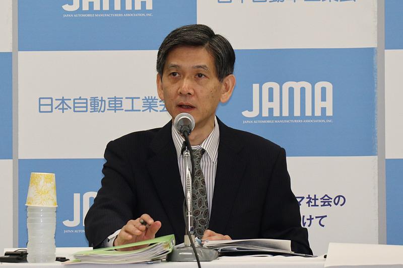 対前年でトラックの販売台数が減少している理由について説明する永塚副会長