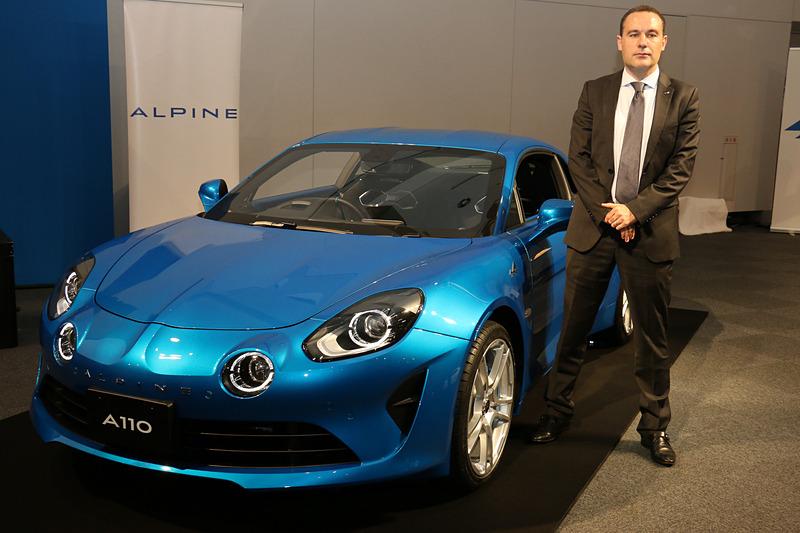 11月下旬発売予定のアルピーヌ「A110 ピュア」とアルピーヌ・ジャポン COO トマ・ビルコ氏