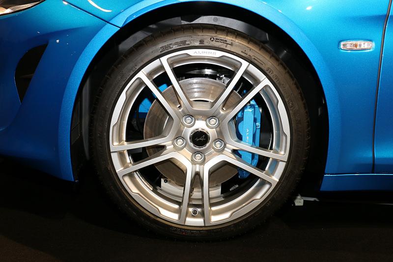 ピュアのホイール。限定車のプルミエール・エディションと同じフックス製の鍛造18インチアロイホイールだが、カラーリングがシルバー単色に変更された