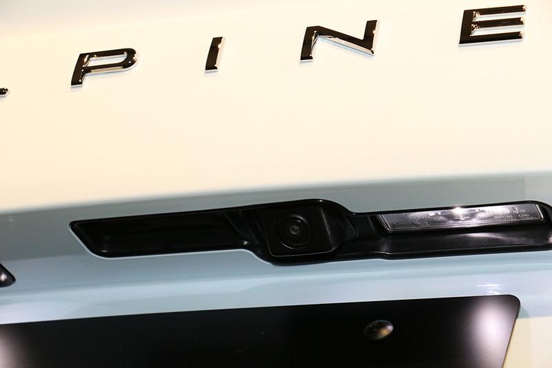リアバンパーのナンバープレート上にリアカメラを装備