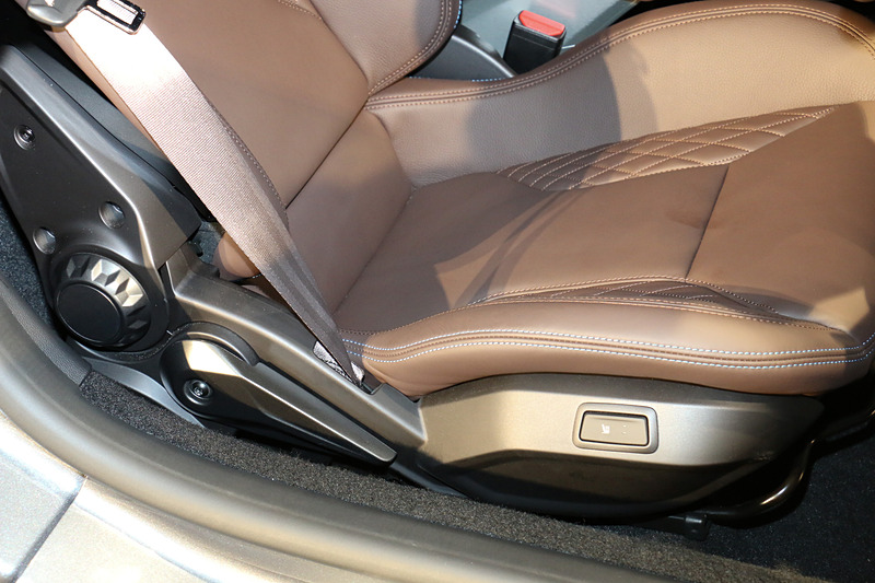 リネージのブラウンレザーシートはリクライニング、高さ調節、シートヒーターなどを備える