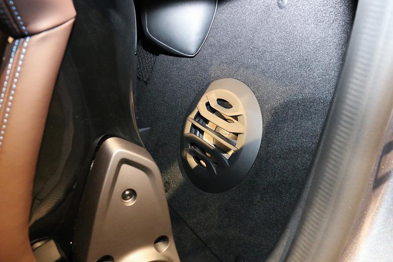 リネージは左側シート後方にフォーカル製の軽量サブウーファーを備える