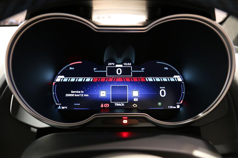 ステアリングに設定された「SPORTボタン」を押すことで、フルカラーTFTメーターの表示が「ノーマル」「スポーツ」「トラック」の3種類に切り替わる