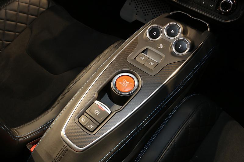 センターコンソールにエンジンのスタート&ストップスイッチ、電動パーキングブレーキ、シフトセレクトスイッチなどをレイアウト