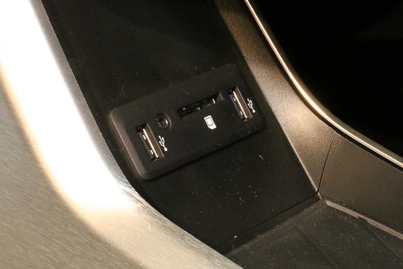 センターコンソールの下に、USB端子2個とSDカードスロットなどを用意