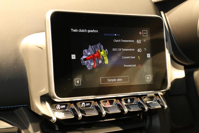 インパネ中央の「7インチマルチファンクションタッチスクリーン」はラジオやUSB接続されたスマートフォンの音源などを再生できるほか、「ALPINEテレメトリー」で車両のアクセル開度やGセンサー情報、シフト情報などを表示できる