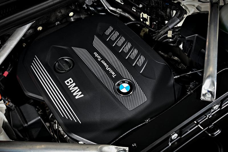 X5 xDrive30dが搭載する直列6気筒3.0リッターディーゼルエンジンでは、可変インテークジオメトリー式ターボチャージャーと最大噴射圧2500barで燃焼室に直接燃料を噴射するコモンレール式ダイレクトインジェクションを組み合わせ、最高出力195kW(265PS)/4000rpm、最大トルク620Nm/2000-2500rpmを発生