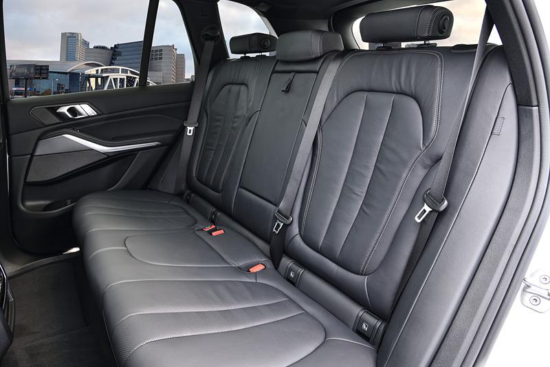 新型X5では高めのシートポジションやドライバー重視のコクピットレイアウト、操作系の新しいデザインにより、運転時の操作性を向上。ヒーター付き電動調節式スポーツシートが標準装備されるが、オプションで運転席/助手席にマッサージ機能とシートベンチレーションが付いたマルチ・ファンクション・シートも用意