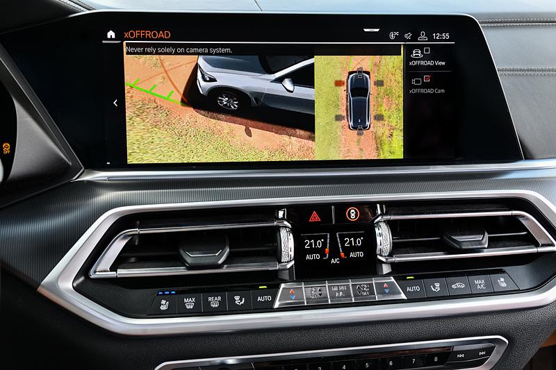 新型X5のコクピットでは、12.3インチの高解像度メーターパネルと、同じく12.3インチの大画面コントロール・ディスプレイを採用