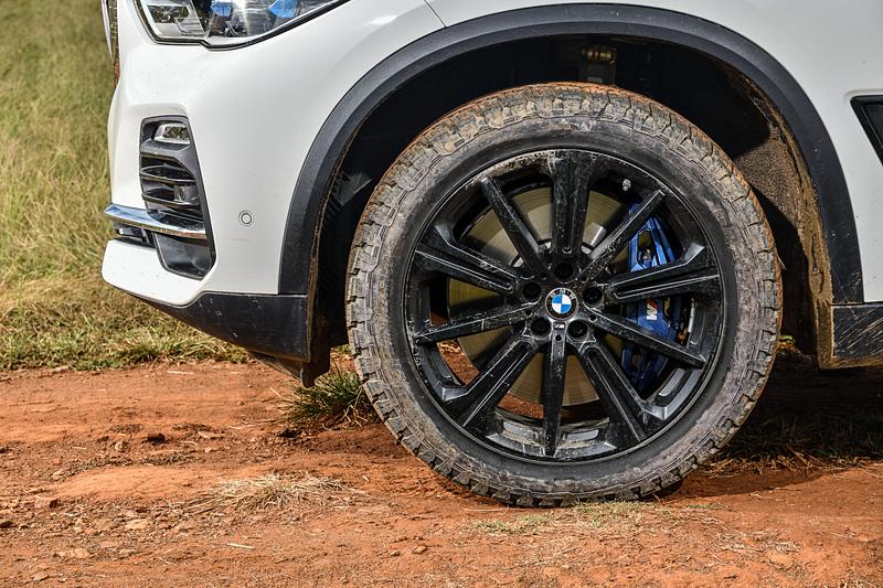 新型X5は一体式のフレームで囲まれた大きなキドニーグリルを採用するとともに、LEDヘッドライトなどを標準装備。アロイホイールは18インチが標準になるが、M Sport モデルではダブルスポークデザインの20インチMアロイホイールを装備