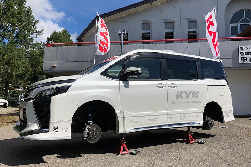 「NEW SR MC」を装着したトヨタ自動車「ヴォクシー」のデモカーも展示していました。ヴォクシー/ノア用は第2弾として発売準備中だそうです