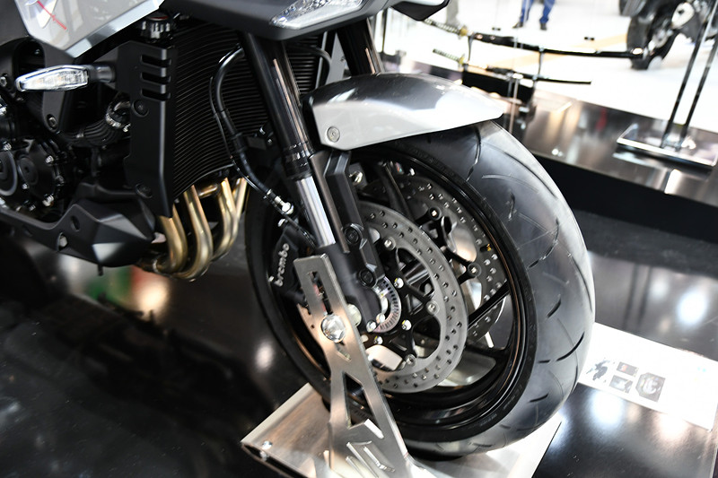 現代的なバイクらしく、サスペンションは倒立タイプ
