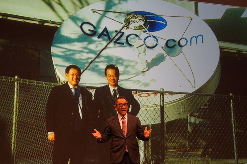 """プレゼンテーションでは、孫氏と豊田氏の出会いは20年ほど前であることが紹介された。孫氏が米国で生まれた「ネットディーラー」というシステムを""""国内の販売店に導入しないか?""""と当時のトヨタ経営陣に対して提案していたのに対して、中古車のインターネット商談を実現するGazoo.comを手がけていた豊田氏と友山氏は、孫氏のところに出向いて提案を断った経緯を語った"""
