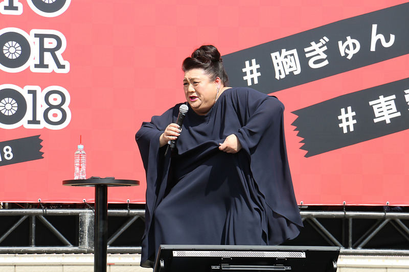 初日となった10月6日の東京都内は最高気温が29℃に達し、強い日差しが照りつけるステージ上で「暑すぎて話をする気がしない」弱音を吐くマツコ・デラックスさん。一方で会場の来場者にも気を配り、水分補給などを呼びかけた