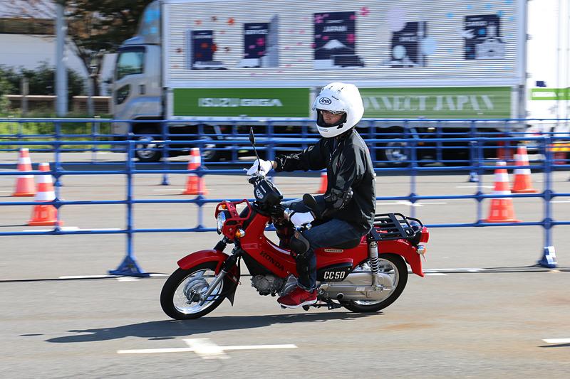 原付バイクを運転できる「ビギナーコース」の試乗シーン