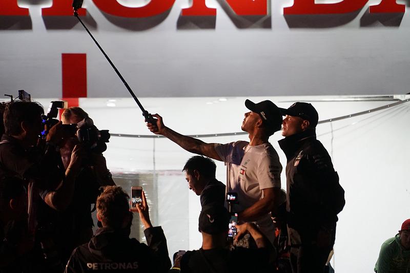 自撮り棒での撮影に挑戦するルイス・ハミルトン選手