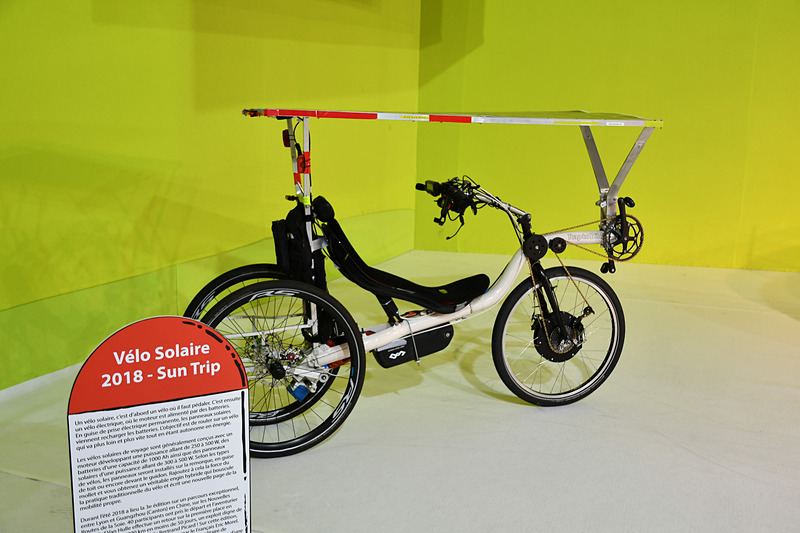 通路を進んでいくと、時代が新しくなってくるのが分かる。最後の展示物はなぜかソーラー自転車