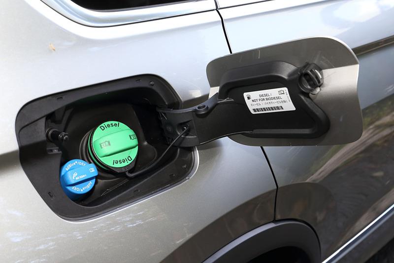 直列4気筒DOHC 2.0リッターディーゼルターボエンジン「TDI」は最高出力110kW(150PS)/3500-4000rpm、最大トルク340Nm(34.7kgfm)/1750-3000rpmを発生。排ガス後処理システムとして酸化触媒、SCR(選択触媒還元)、DPF(ディーゼルパティキュレートフィルター)などを採用することで日本のポスト新長期排ガス規制に適合する