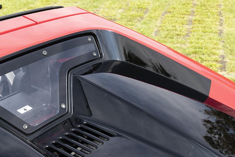 エンジンフードまわりの塗り分け。こちらはカッティングシートが使われている