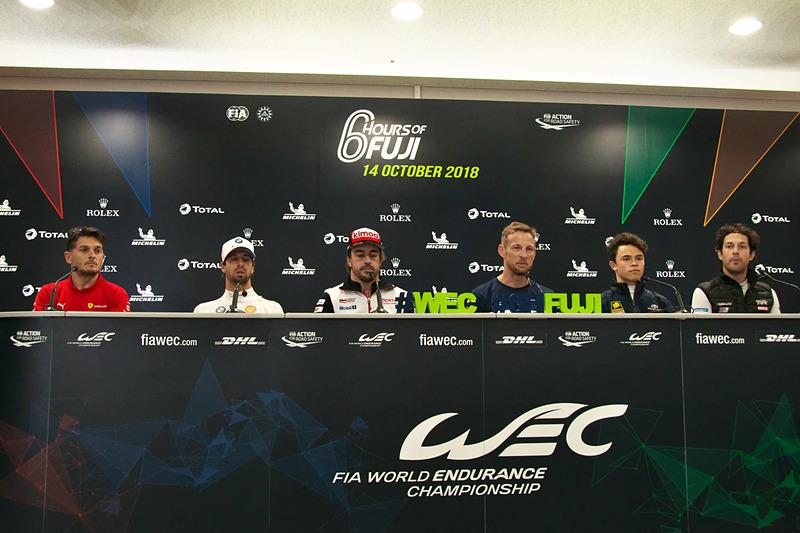 記者会見に登場した6人のドライバー。左からジャンカルロ・フィジケラ選手、アントニオ・フェリックス・ダ・コスタ選手、フェルナンド・アロンソ選手、ジェンソン・バトン選手、ニック・デ・フリーズ選手、ブルーノ・セナ選手