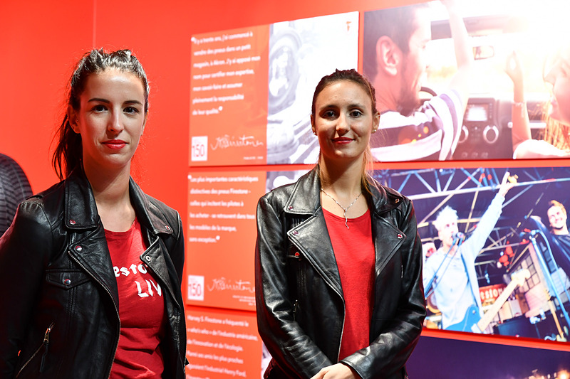 ブリヂストンはヨーロッパで、ブリヂストン製品とファイアストン製品を発売。ファイアストンコーナーは赤いイメージで統一されていた