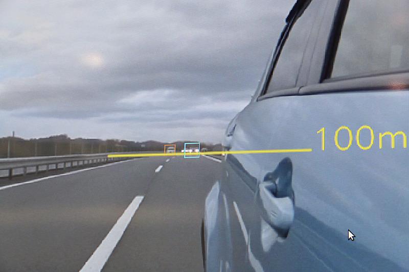 100m後方で、人間には車体形状の判別も難しいような段階から、ディープラーニングをピンポイントで活用することで乗用車とトラックを判別している