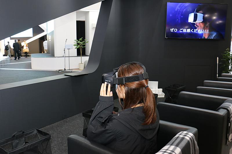 コンセプトカー EMIRAI4が備える自動運転やコネクテッドといった技術をVRで体験できるコーナー。VRゴーグルには「Gear VR」が使われている